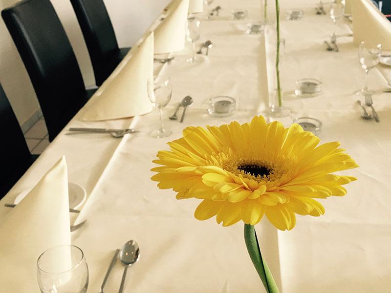 Feste-Feiern-Dekorationsbeispiel-Restaurant-Familienfeier